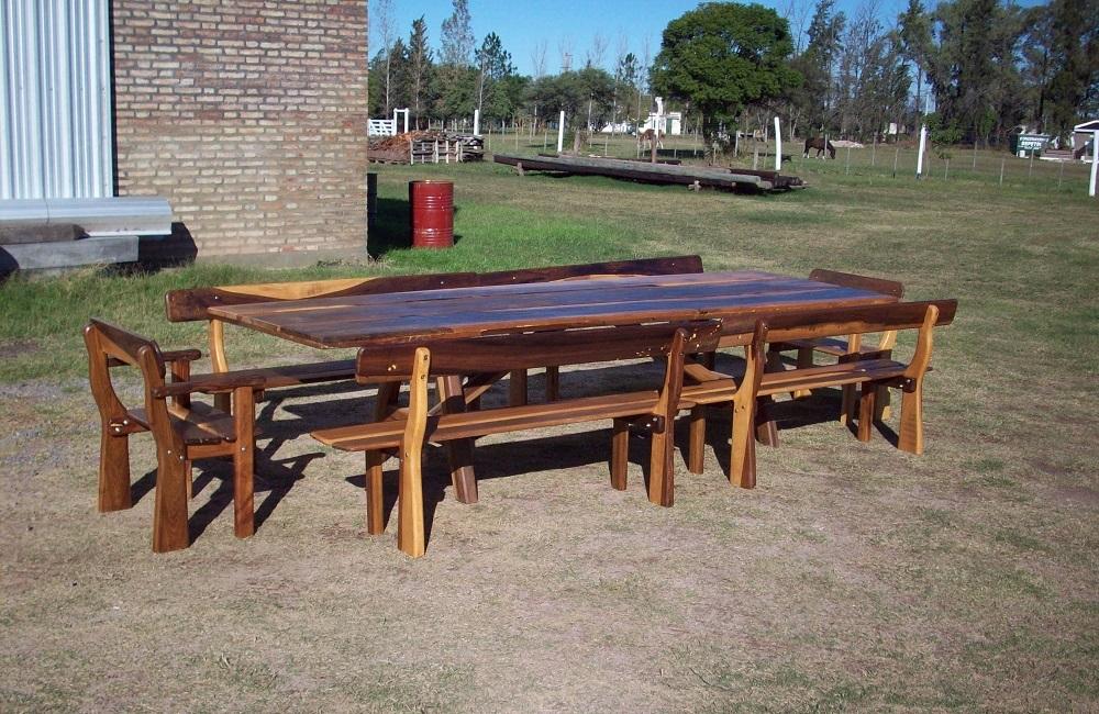 Mesas, bancos y hamacas rústicas