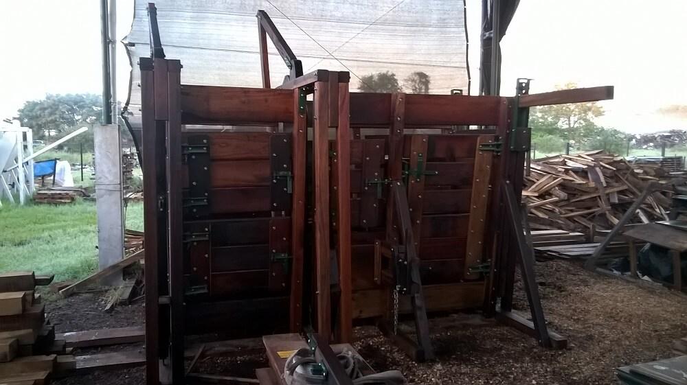 casilla de operaciones reforzada en madera dura de urunday de primera plaza chaco aserradero